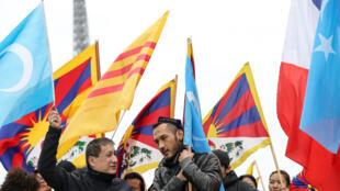 Тибетцы и уйгуры вместе протестуют в Париже в связи с визитом Си Цзиньпина
