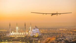 El Solar Impulse 2 sobrevolando la ciudad de Abu Dabi, de donde comenzó su vuelta al mundo.
