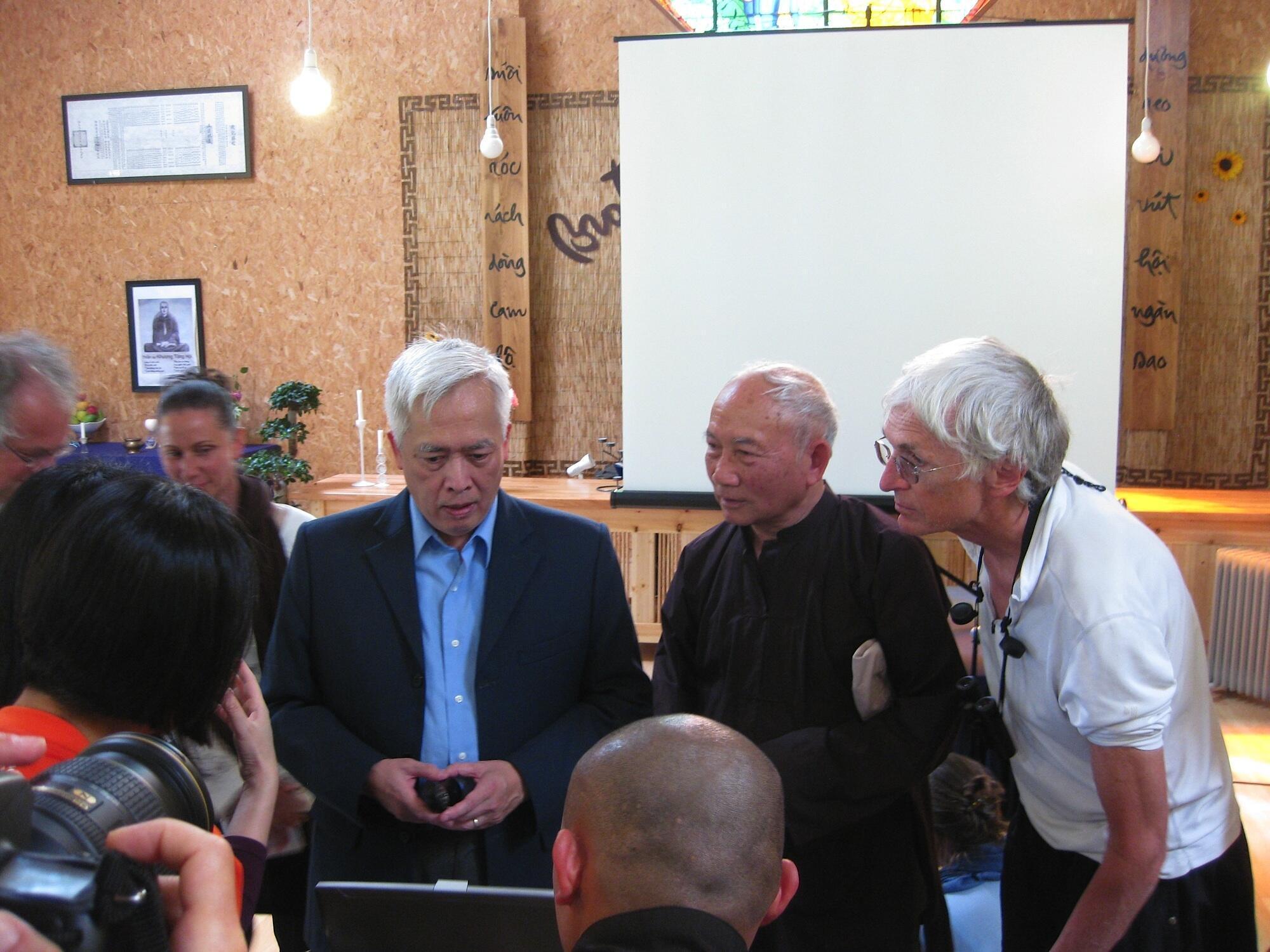 Giáo sư Trịnh Xuân Thuận nhân buổi thuyết trình về Khoa học và Phật giáo tại Làng Mai (Pháp) ngày 03/06/2012.