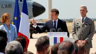 O Presidente Emmanuel Macron rodeado de Florence Parly, ministra da Defesa e deFrançois Lecointre, chefe do estado-maior general das Forças Armadas  na base aérea de Istres .20 de Julho de 2017.