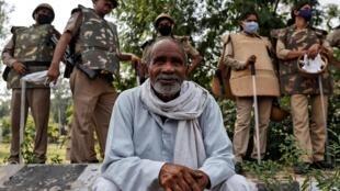 Agriculteur et forces de l'ordre à la frontière Delhi-Uttar Pradesh, lors d'une manifestation contre les loi agricoles adoptées par le Parlement indien, le 25 septembre 2020.