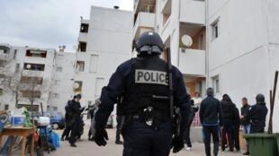 Policiais franceses durante operação no conjunto habitacional de Brassens, ao norte de Marselha.