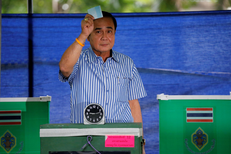 Ảnh tư liệu : Thủ tướng Thái Lan Chan – Ocha bỏ phiếu trong cuộc trưng cầu dân ý về Hiến Pháp, Bangkok, ngày 07/08/2016