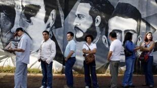 Cử tri Venezuela xếp hàng bầu cử Quốc hội tại một địa điểm bỏ phiếu tại Caracas sáng ngày 26/9/2010