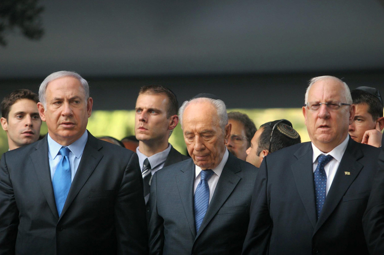 Réouven Rivlin (g.), ancien député au Parlement et nouveau président d'Israël, aux côtés du Premier ministre Benjamin Netanyahu et du président sortant Shimon Peres, lors d'une cérémonie à Jérusalem, en octobre 2010.