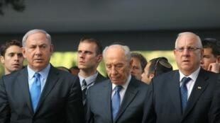 Reuven Rivlin , junto a Shimon Peres (centro) y Benjamin Netanyahu (a la derecha de la foto), en octubre de 2010.