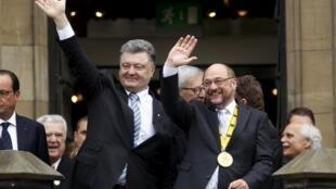 Президент Украины Порошенко и глава Европарламента Мартин Шульц в Аахене.