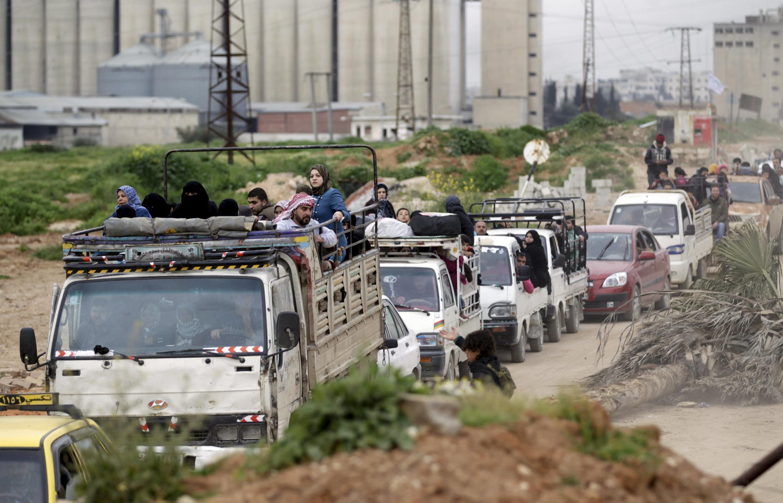 Người dân thành phố Idleb chạy  nạn sau khi quân nổi dậy nắm lấy quyền kiểm soát tại đây. Ngày 28/03/2015.