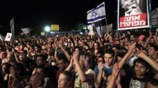 """Cartazes de manifestantes em Tel Aviv apresentaram mensagens como """"hora da verdade"""" e """"Netanyahu: você está frito""""."""