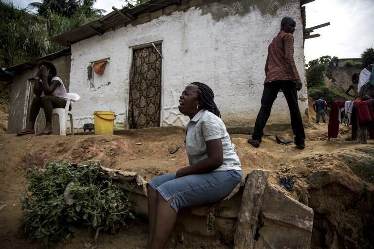Les violentes inondations provoquées par les pluies diluviennes à Kinshasa ont provoqué de nombreux glissements de terrain. Ici, une femme pleure la disparition de ses proches.