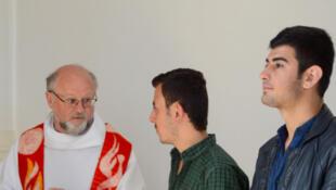 Le Père Brummer avec deux réfugiés.