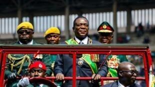 Rais mpya wa Zimbabwe, Emmerson mnangagwa ameapishwa leo kuliongoza taifa hilo kwa miaka mitano