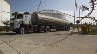 Un camión transportando combustible llega a la central de electricidad de Gaza, el 23 de marzo de 2012.