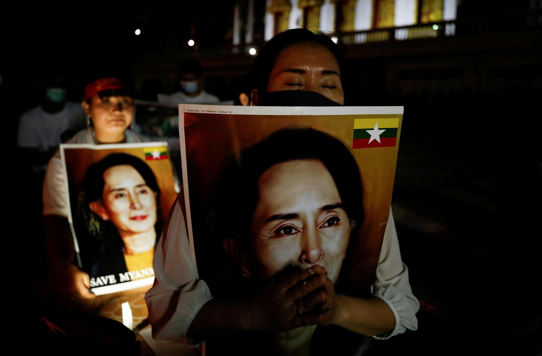 Wahamiaji wanaoandamana dhidi ya mamlaka ya kijeshi nchini Myanmar wanashikilia picha za kiongozi Aung San Suu Kyi, huko Bangkok, Thailand, Machi 28, 2021.