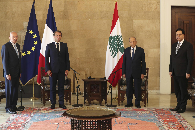 The French President Emmanuel Macron and his Lebanese counterpart, Michel Aoun (2nd from left), during Macron's visit to Beirut in the wake of the port explosion.            (2 dcha) con su homólogo francés Emmanuel Macron (2 izq) en Beirut el 6 de agosto de 2020
