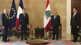 The French President Emmanuel Macron and his Lebanese counterpart, Michel Aoun (2nd from left), during Macron's visit to Beirut in the wake of the port explosion.            (2 dcha) con su homólogo francés Emmanuel Macron (2 izq) en Beirut el 6 de agosto de 2020
