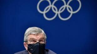 Le président du Comité international olympique (CIO), Thomas Bach, participe à une conférence de presse à l'issue d'une réunion de la commission exécutive en vue des Jeux olympiques de Tokyo 2020, le 17 juillet 2021 à Tokyo.