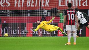 L'attaquant Federico Chiesa (d), ouvre le score pour la Juventus lors du match de Serie A sur le terrain de l'AC Milan, le 6 janvier 2021.