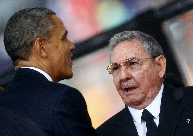 El presidente Barack Obama saluda Raúl Castro durante los funerales de Nelson Mandela en Johannesburg, el 10 de diciembre de 2013.