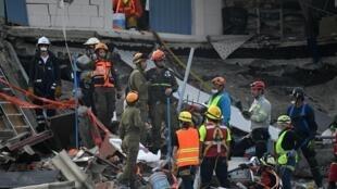 墨西哥地震过去72小时,救援人员继续寻找幸存者2017年9月23日墨西哥城