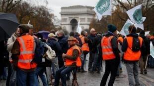 Agricultores prostestam na avenida Champs-Élysées, diante do arco do Triunfo