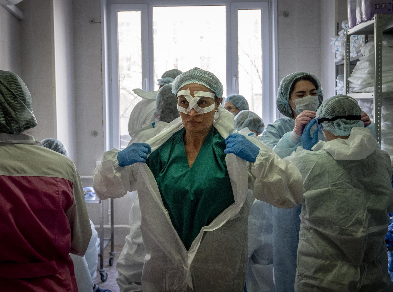 Madaktari katika wodi ya matibabu ya wagonjwa wa Covid-19 katika hospitali ya Spasokukotsky huko Moscow, Aprili 22, 2020.
