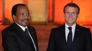 Le président français Emmanuel Macron (d) reçoit son homologue camerounais Paul Biya à Lyon, le 9 octobre 2019, lors de la conférence de financement du Fonds mondial de lutte contre le Sida.