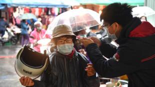 2019冠状病毒疾病,COVID-19疫情延烧,双北市公有市场2020年4月9日起要求全面戴口罩,成德市场也配合防疫,民众进入市场前需要量测体温。