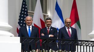Từ trái sang phải: Thủ tướng Israel Benjamin Netanyahu, ngoại trưởng Các Tiểu Vương Quốc Ả Rập Thống Nhất  Abdullah bin Zayed al-Nahyan và ngoại trưởng Bahrain Khalid bin Ahmed Al Khalifa tại lễ ký kết các Thỏa thuận Abraham ở Nhà Trắng, Washington, Hoa Kỳ ngày 15/09/2020.