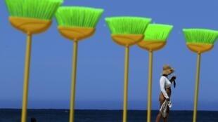 La célèbre plage de Copacabana exceptionnellement plantée de balais pour demander au gouvernement brésilien de faire le ménage dans les finances du pays.