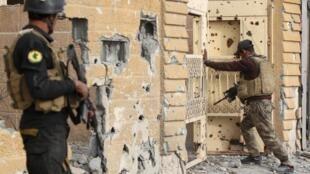 Nchini Iraq, askari wa kikosi kinachopambana na ugaidi wakitoa ulinzi katika eneo la Hoz katikati mwa mji wa Ramadi, Desemba 27, 2015, wakati wa operesheni za kijeshi zikiendeshwa na vikosi vya serikali ya Iraq dhidi ya kundi la IS.