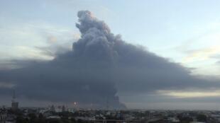 Una columna de humo se eleva tras la explosión en la refinería de Amuay en la península de Paraguana, la más grande de Venezuela. Pese a que el fuego fue rápidamente controlado la nube es producto de la combustión de restos de petróleo en los barriles.