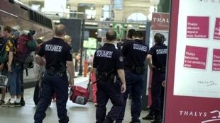 Policiais fiscalizam a chegada de estrangeiros na Gare du Nord, em Paris.