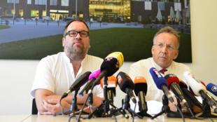 Le médecin traitant Stefan Schmiedel (g.) lors d'une conférence de presse à l'hôpital de Hambourg, le 27 août.