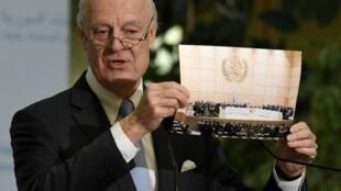 Đặc sứ Liên Hiệp Quốc Staffan de Mistura cho xem ảnh 2 phe Syria tại hòa đàm, trong cùng một phòng họp. Ảnh 03/03/2017.