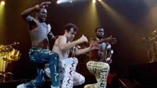 Le chanteur Johnny Clegg et les danseurs du groupe sud-africain Savuka se produisent sur scène au Zénith de Paris le 10 mai 1988, dans le cadre de trois concerts consacrés à la lutte contre l'apartheid.