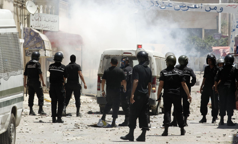 Des policiers dans une rue du quartier Ettadhamen de Tunis, en juin 2012.
