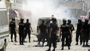 En Tunisie, des associations pointent du doigt la nécessité d'une réforme de la police.