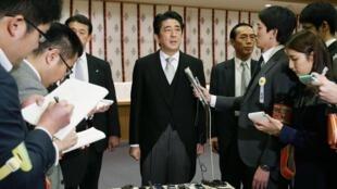 日本首相安倍参拜靖国神社后举行记者会,2013年12月26日。