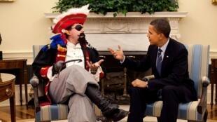 """Tổng thống Obama với  speechwriter Cody Keenan, trong bộ đồ cướp biển. Bức ảnh được dùng để minh họa cho câu nói hài của Tổng thống Mỹ với hiệp hội ký giả WHCA (ngày 9/4/2009): """"Chúng ta cũng cần phải nói chuyện được với kẻ thù. Tôi bắt đầu làm thế""""."""