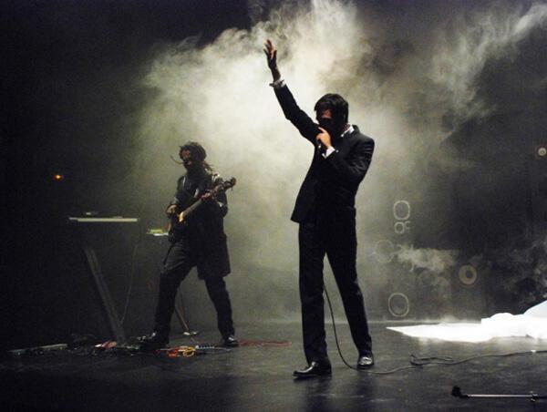 De g. à d. : le musicien Jean-Phi Dary et  l'acteur Guillaume Durieux  au micro.