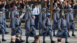 Soldados desfilam com uniformes da Primeira Guerra Mundial na tradicional parada militar de 14 de julho na avenida Champs-Elysées, em Paris, nesta segunda-feira (14).