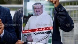 Wani mai zanga-zanga a gaban ofishin jakadancin Saudiya, dauke da hoton dan jarida Jamal Khashoggi. (5/10/2018).