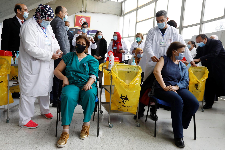 Image d'archive RFI : Des patients reçoivent les premières doses de vaccins en Tunisie, le 13 mars 2021.