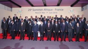Photo de famille du 25e sommet Afrique - France qui se tient à Nice les 30 mai et 1er juin 2010 en présence du président français Nicolas Sarkozy (c).