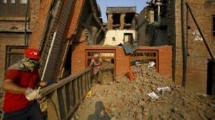 Kama fedha kwa ajili ya ujenzi zimepatikana, serikali inatarajia angalau miaka mitano ya kazi ya kukarabati nchi ya Nepal. Picha zizopigwa katika Bhaktapur tarehe 5 Juni mwaka 2015.
