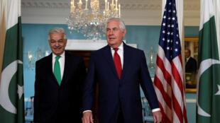 Ngoại trưởng Mỹ Rex Tillerson (p) gặp đồng nhiệm Pakistan Khawaja Muhammad Asif tại Bộ Ngoại Giao Hoa Kỳ ở Washington ngày 04/10/2017. 10 năm 2017.