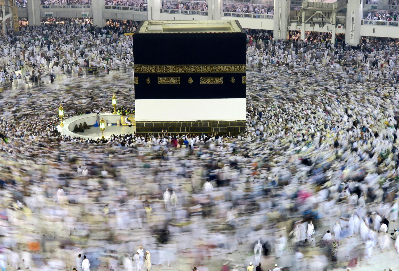 Mahujaji wakizunguka Kaaba, kwenye Msikiti mkuubwa wa Makkah,Septemba 6, 2016.