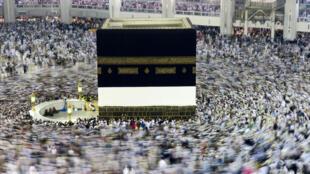 Peregrinos em volta da Kaaba, a Grande Mesquita de Meca