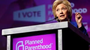 Hillary Clinton defendeu o direito ao aborto diante da organização americana de planejamento familiar, Planned Parenthood.